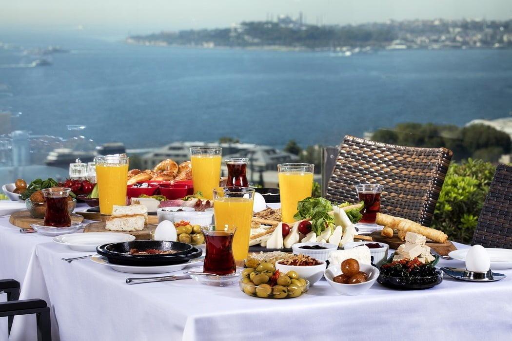Conrad İstanbul Bosphorus'tan Tüm Babalara Enfes Boğaz Manzarasına Karşı Kahvaltı Keyfi.