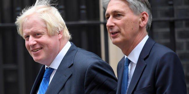 İngiltere'de arka arkaya istifalar geldi. 8 bakan istifa etti!