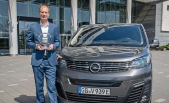 Opel Vivaro-e'nin Ödülü Opel CEO'su Michael Lohscheller'e Takdim Edildi!